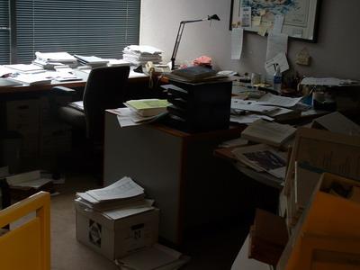 Cum să-ţi organizezi haosul de pe birou